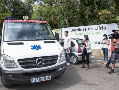 Una ambulancia traslada esta mañana a uno de los ancianos grabados tras caerse en la residencia Jardines de Llíria, en Valencia.