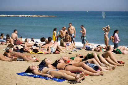 Bañistas en la playa de la Barceloneta de Barcelona.