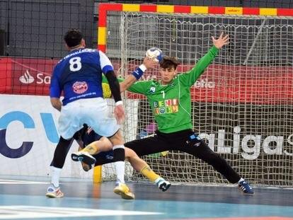 El portero del Benidorm Roberto Rodríguez trata de detener un penalti del Bidasoa en la pasada Copa del Rey.