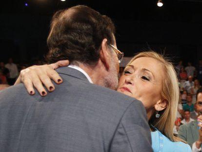 Rajoy y Cifuentes se saludan en un acto del PP.