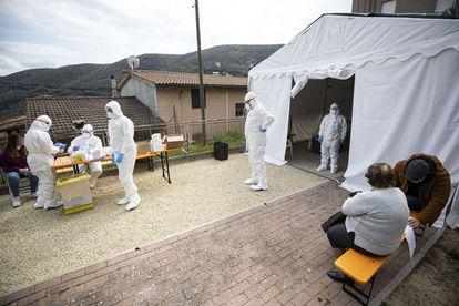 El municipio de Nerola, a pocos kilómetros de Roma, se ha transformado en un laboratorio contra el coronavirus donde están aplicando las tres pruebas diagnósticas disponibles a sus casi 2.000 habitantes.
