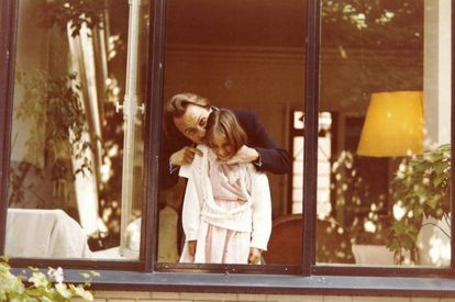 Laurence Debray, con su padre Régis, en una foto del álbum familiar.