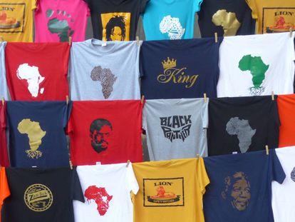 Camisetas en un mercado de Johannesburgo, en Sudáfrica.