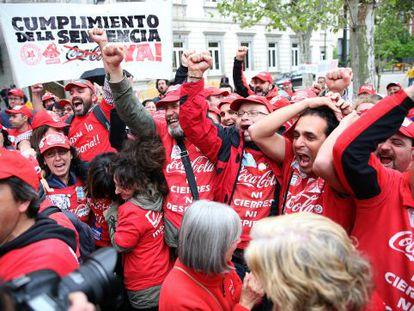 Trabajadores de Coca-Cola a las puertas del Supremo el mes pasado