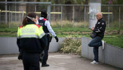 Los Mossos piden a un hombre, en un parque de Barcelona, que vuelva a casa por el confinamiento.