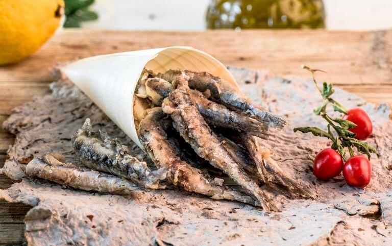 Para hacer una buena fritura de boquerones es necesario que la temperatura del aceite esté muy alta.