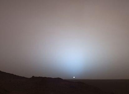 Atardecer marciano en una imagen obtenida por el robot <i>Spirit</i> el 19 de mayo de 2005.