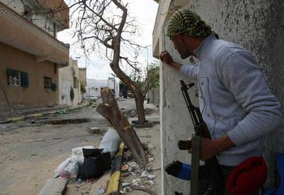 Un rebelde vigila una calle en el centro de la ciudad de Misrata (Libia).