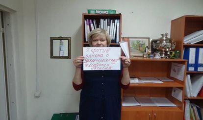 Tatiana Dmítrieva, activista rusa por los derechos de las mujeres, sujeta un cartel para protestar contra la despenalización de la violencia doméstica en Rusia.