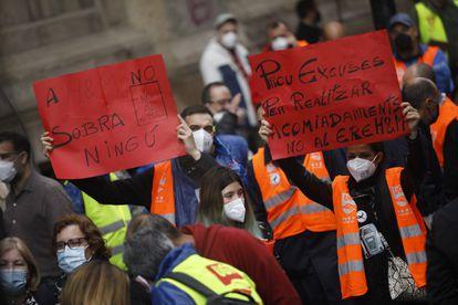 Manifestantes en la marcha del Primero de Mayo en Barcelona, con pancartas contra el ERE en H&M.
