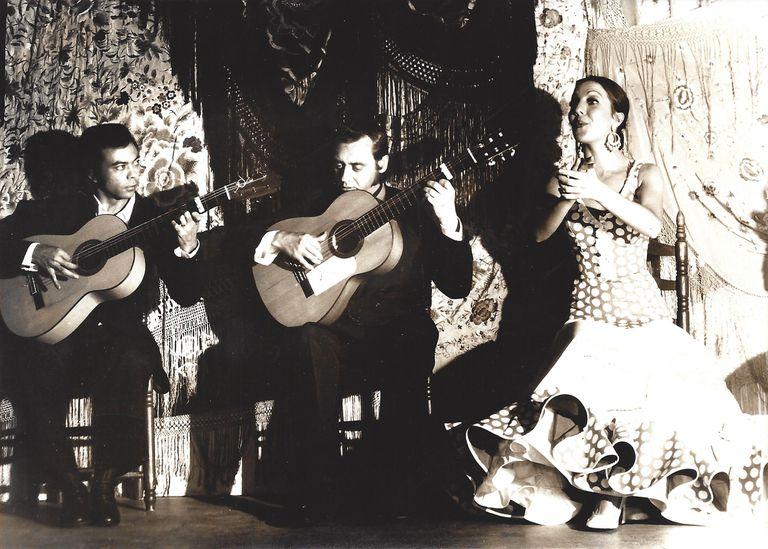 Luis Habichuela (izquierda), Enrique Escudero y Carmen Linares, en 1974 en el tablao Café Chinitas de Madrid.