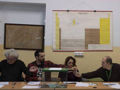 Miembros de una mesa electoral de Sevilla revisan documentación, el pasado 2 de dicembre.