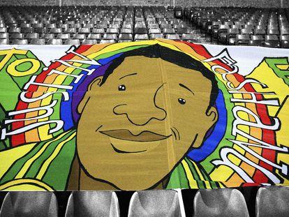 Una enorme pancarta con una ilustración del futbolista Justin Fashanu y un arco iris se desplegó durante un partido entre el Norwich City y el Nottingham Forest el pasado diciembre en Norwich, Inglaterra.