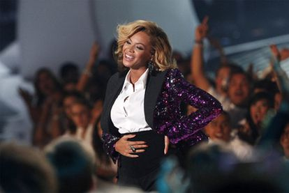 La cantante Beyoncé se toca la barriga de embarazada después de actuar en los MTV Video Music Awards.