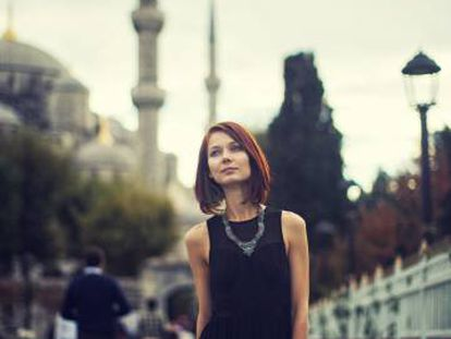 Una mujer, ante la Mezquita Azul de Estambul.