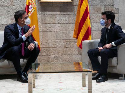 El presidente de la Generalitat, Pere Aragonès (derecha), con el presidente del Gobierno, Pedro Sánchez, en el Palau de la Generalitat este miércoles.