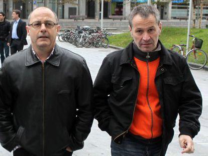Juan Karlos Izagirre (izquierda) acompaña a Josetxo Ibazeta el día que éste declara como imputado en el 'caso Uxotegi'.
