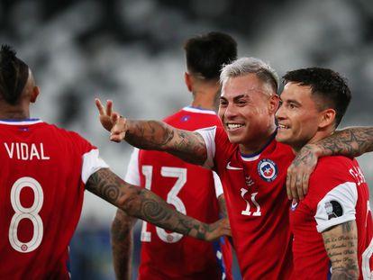 Eduardo Vargas celebra su gol abrazado a Charles Aránguiz y señalando a Arturo Vidal, en el partido Argentina-Chile de la Copa América.