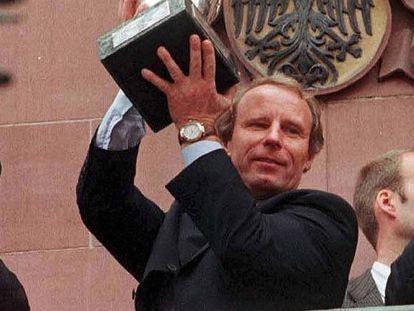 Berti Vogts, con el trofeo de campeón de la Eurocopa 1996.