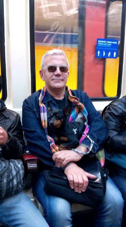 Pablo y Ratón en uno de sus viajes en metro.