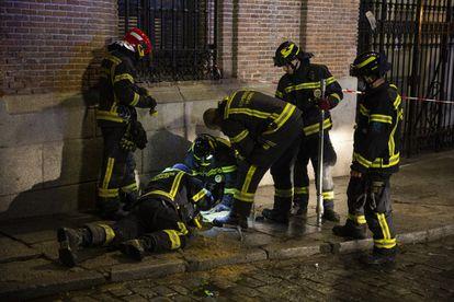 Un grupo de bomberos del Ayuntamiento de Madrid trabaja cerca del lugar de la explosión que tuvo lugar el 20 de enero en la calle Toledo