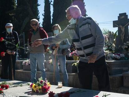 Julio lanza un clavel al panteón en el que dejará los restos de su hermano Mariano, asesinado por la dictadura franquista en el cementerio municipal de Guadalajara. A la izquierda, su hermano Gregorio.