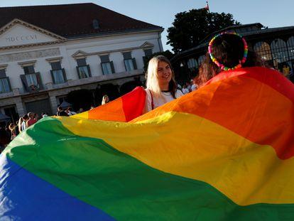 Varios jóvenes protestan en Budapest con banderas LGTBIQ contra la ley impulsada por el Gobierno húngaro.