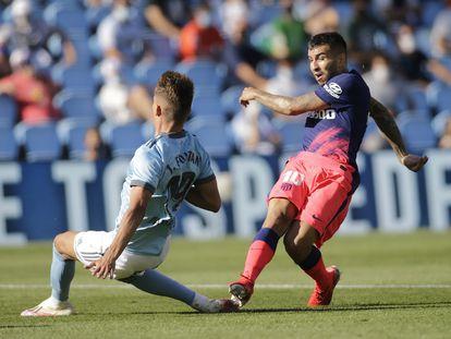 Correa remata ante Fontán para marcar el segundo gol del Atlético al Celta en Balaídos.  / Miguel Vidal (REUTERS)