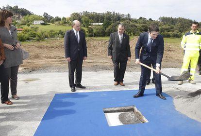 El <i>lehendakari</i> Patxi López coloca la primera piedra del Hospital Uribe de Urduliz.