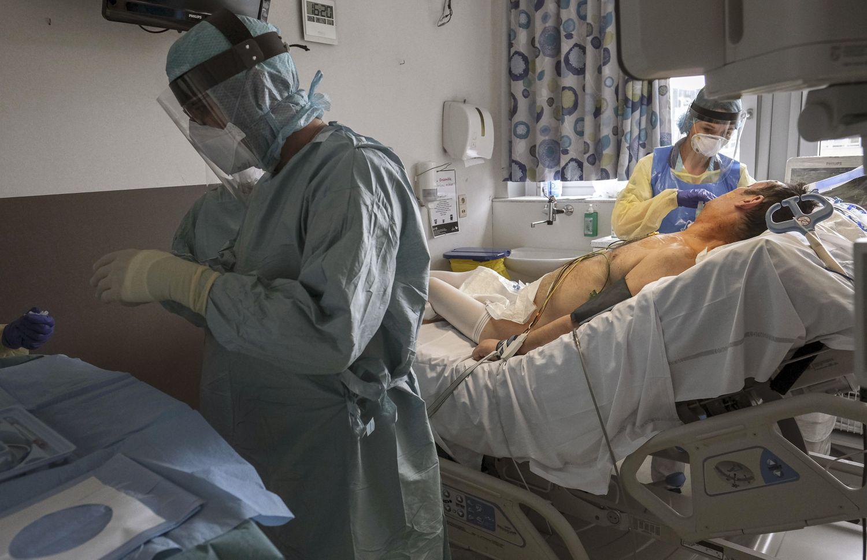 Sanitarios atienden a un paciente en la UCI de un hospital de la ciudad belga de Namur