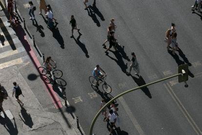 Ciudadanos paseando por la Gran Vía de Madrid