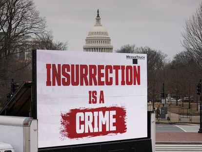 """Una pantalla con el mensaje """"la insurrección es un delito"""", en un camión ante el Capitolio."""