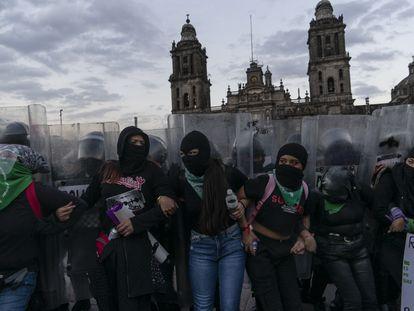 Manifestantes frente a la policía en la plaza del Zócalo capitalino.
