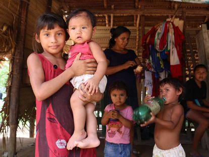 Una familia del pueblo sateré-mawé en la aldea Vila Nova, tierra indígena Andirá Marau, Estado de Amazonas, Brasil, donde hoy mismo se ha confirmado un caso de coronavirus.