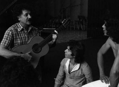 Ricardo Pachón da instrucciones con la guitarra a Camarón de la Isla y Raimundo Amador durante la grabación de 'La leyenda del tiempo' (1979).