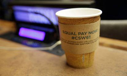 'Igual salario ya'. Un vaso abandonado en una de las salas de la sede la ONU durante la Comisión del Estado de las Mujeres el pasado marzo.