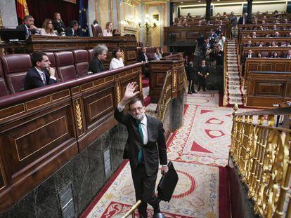 El presidente del Gobierno, Mariano Rajoy, abandona el hemiciclo el 31 de mayo de 2018, durante la moción de censura.