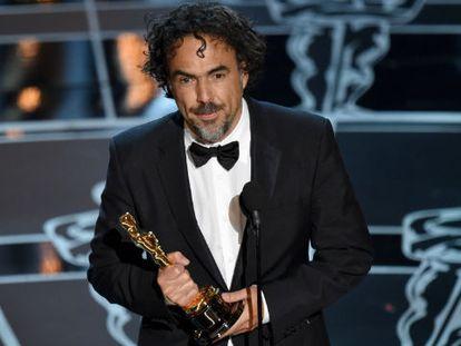 Alejandro González Iñárritu acepta el Oscar a mejor director.
