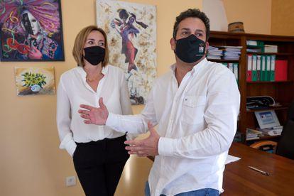 Ximo Coll y Carolina Vives, matrimonio y alcaldes de El Verger y Els Poblets respectivamente, en enero, tras saltar la polémica por haberse vacunado contra la covid-19.