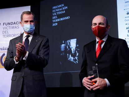 El rey Felipe VI aplaude al periodista Javier Marrodán, durante la entrega de la XVII edición de los Premios Fundación Víctimas del Terrorismo este miércoles en Casa América, Madrid.