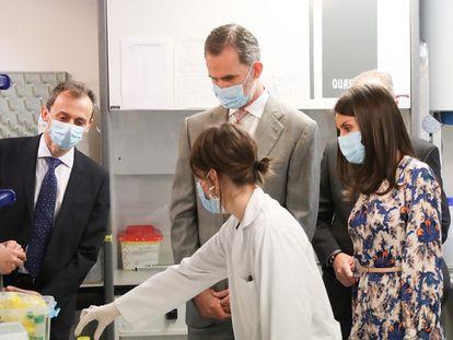 Los Reyes, en el laboratorio del Museo Nacional de Ciencias Naturales (MNCN), acompañados por el ministro de Ciencia, Pedro Duque (a la izquierda).