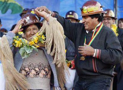 El presidente de Bolivia, Evo Morales, baila en La Paz con una trabajadora de una cooperativa minera.