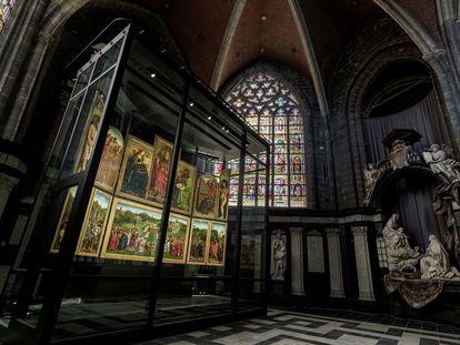 'La adoración del Cordero místico', de los hermanos Jan y Hubert van Eyck, en su nueva ubicación en la catedral de Gante.