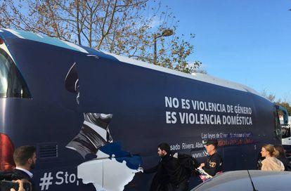 Un grupo de personas arranca los vinilos del autobús de HazteOír en Valèncis
