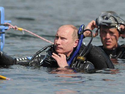 El primer ministro ruso, Vladimir Putin, antes de sumergirse para visitar el sitio submarino arqueológico de Phanagoria, en la península de Taman.