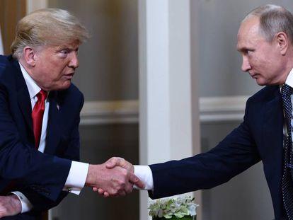 Donald Trump y Vladimir Putin, ambos seleccionados para el Nobel de la Paz, reunidos en 2018. En vídeo, el líder ruso se una a la lista de las nominaciones al Nobel de la paz más sorprendentes.