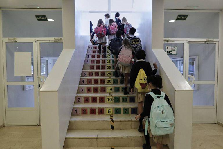 Niños subiendo escaleras en un colegio de Madrid.