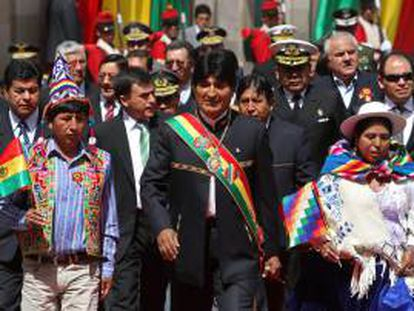 El presidente de Bolivia, Evo Morales (c), se dirige a la Asamblea del Estado Plurinacional, durante la conmemoración del III Aniversario del Estado Plurinacional de Bolivia, donde sectores sociales leales al Gobierno de Morales, reunidos en la plaza Murillo en La Paz, siguen el informe de gestión del mandatario que inicia su octavo año en la Presidencia boliviana.
