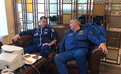 El astronauta estadounidense Nick Hague, a la izquierda, y el cosmonauta ruso Alexey Ovchinin, descansan en Dzhezkazgan después de su rescate.