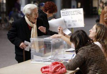Un momento de la jornada electoral de ayer en un colegio de Asturias.